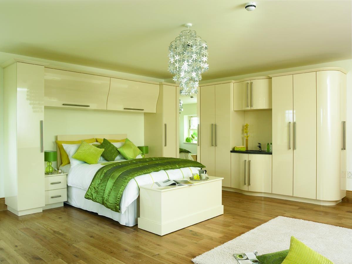 Дизайн спальни со шкафами над кроватью
